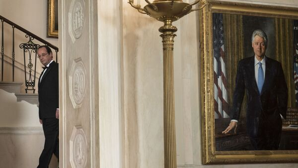 El retrato del expresidente de EEUU, Bill Clinton, es fotografiado durante una visita del entonces mandatario francés, François Hollande, el febrero de 2014 - Sputnik Mundo