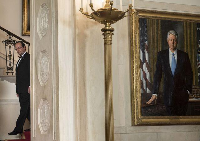 El retrato del expresidente de EEUU, Bill Clinton, es fotografiado durante una visita del entonces mandatario francés, François Hollande, el febrero de 2014