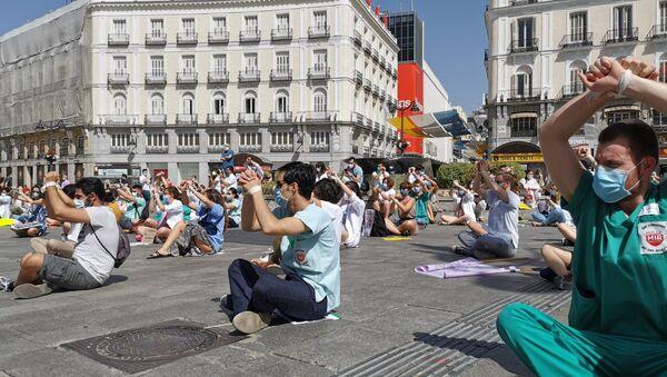 Residentes manifestándose sentados y atados en la Puerta del Sol (Madrid) - Sputnik Mundo
