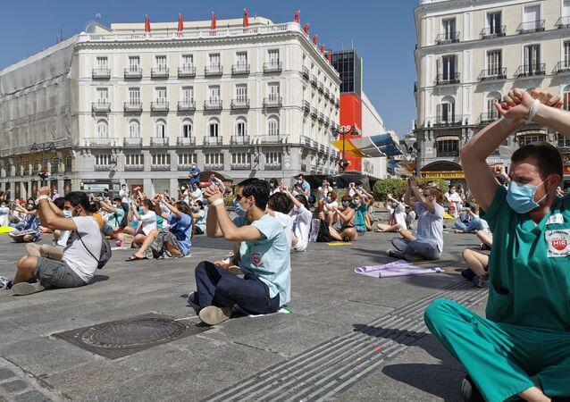 Residentes manifestándose sentados y atados en la Puerta del Sol (Madrid)