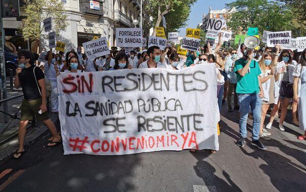 Pancarta de los médicos residentes durante la manifestación de Madrid - Sputnik Mundo