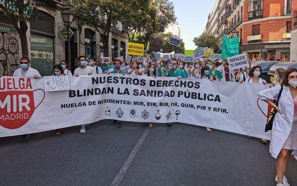 Manifestación de los médicos residentes a su paso por la calle Fuencarral - Sputnik Mundo