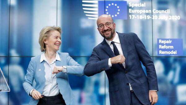 Ursula Von Der Leyen, presidenta de la Comisión Europea, y Charles Michel, presidente del Consejo Europeo, celebran la culminación de la cumbre de cuatro días del Consejo Europeo en Bruselas (Bélgica), el 21 de julio de 2020 - Sputnik Mundo