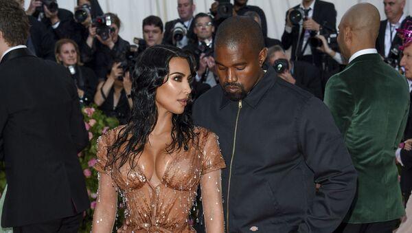 Kim Kardashian junto a Kanye West en 2019 - Sputnik Mundo