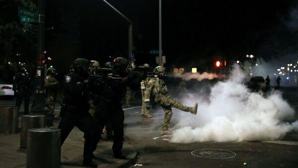 Policía de EEUU durante las protestas en Portland - Sputnik Mundo