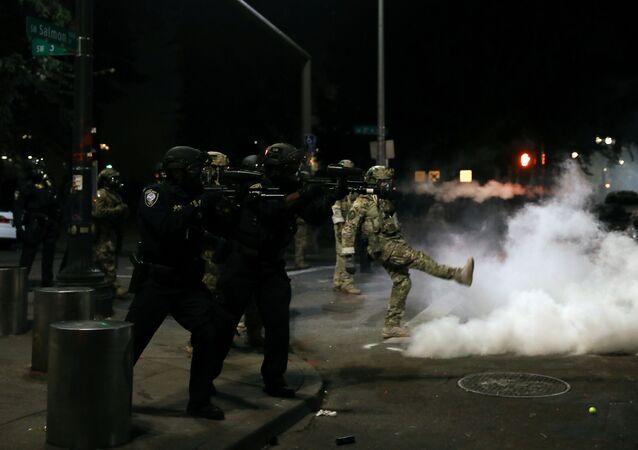 Policía de EEUU durante las protestas en Portland