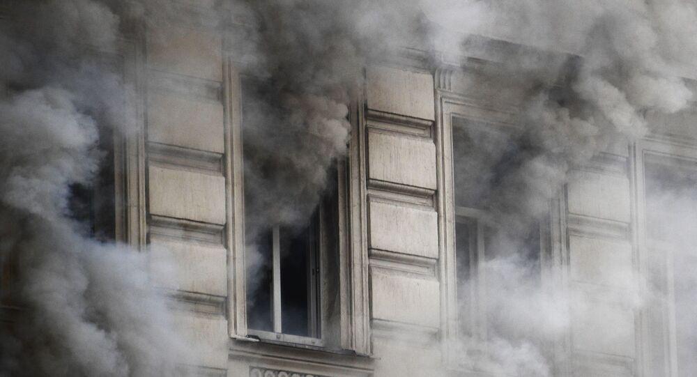 Niños se lanzan al vacío durante el incendio en su edificio