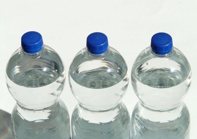 Unas botellas de agua, referencial