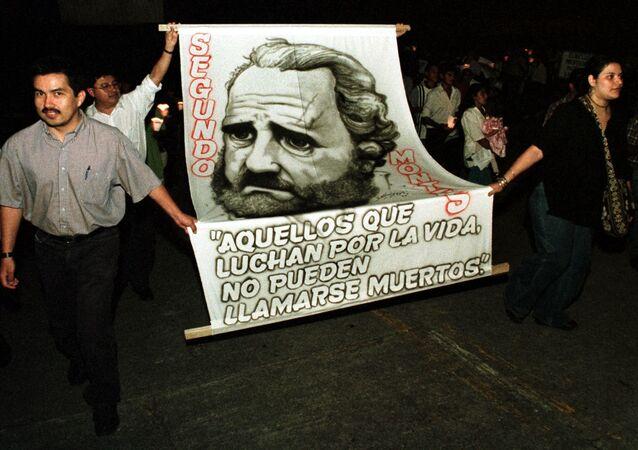 Estudiantes de la Universidad Centroamericana durante una procesión en homenaje a los sacerdotes jesuitas asesinados.