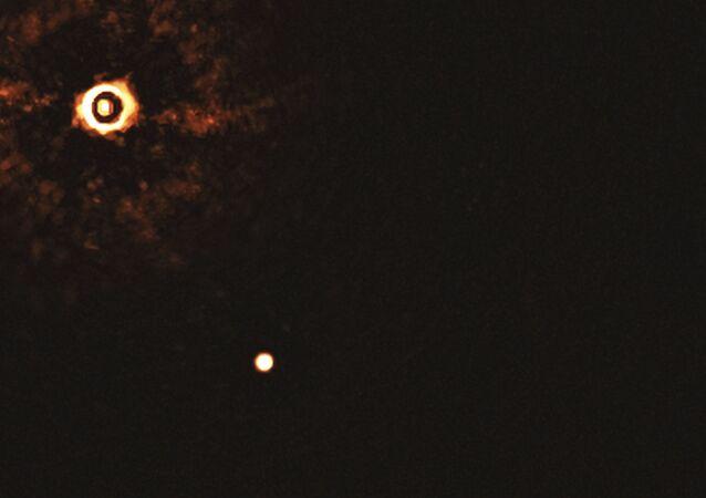 Capturan primera imagen directa de un sistema con dos exoplanetas orbitando una misma estrella