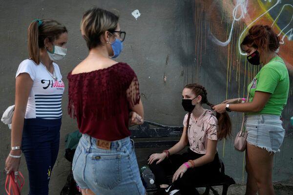 Mascarillas de diseño y distanciamiento social: así es la fiesta de quinceañera durante la pandemia - Sputnik Mundo