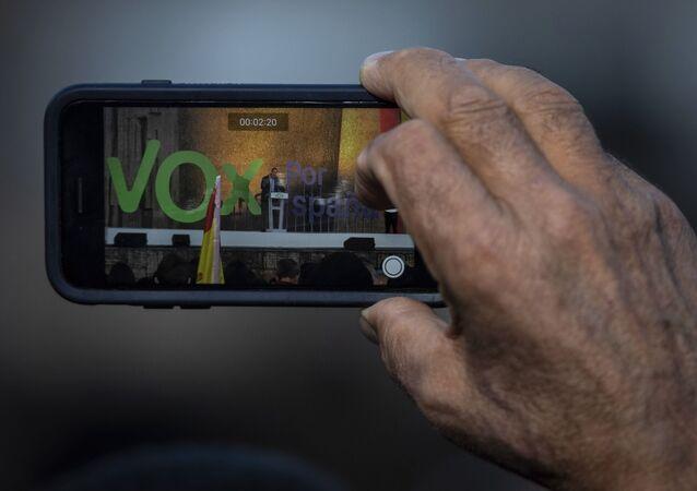 El líder de Vox, Santiago Abascal, visto desde una pantalla de un teléfono durante un evento de campaña electoral en Madrid, España, 26 de abril de 2019.