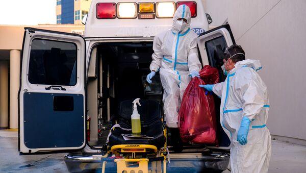 Dos médicos con mascarilla durante brote de coronavirus en EEUU - Sputnik Mundo