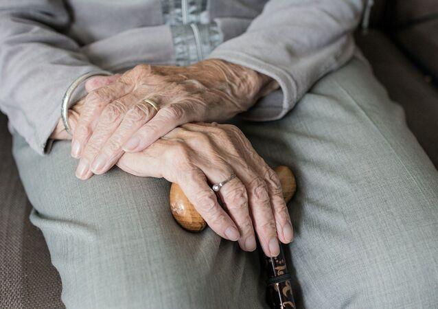 Abuela con bastón (Imagen referencial)