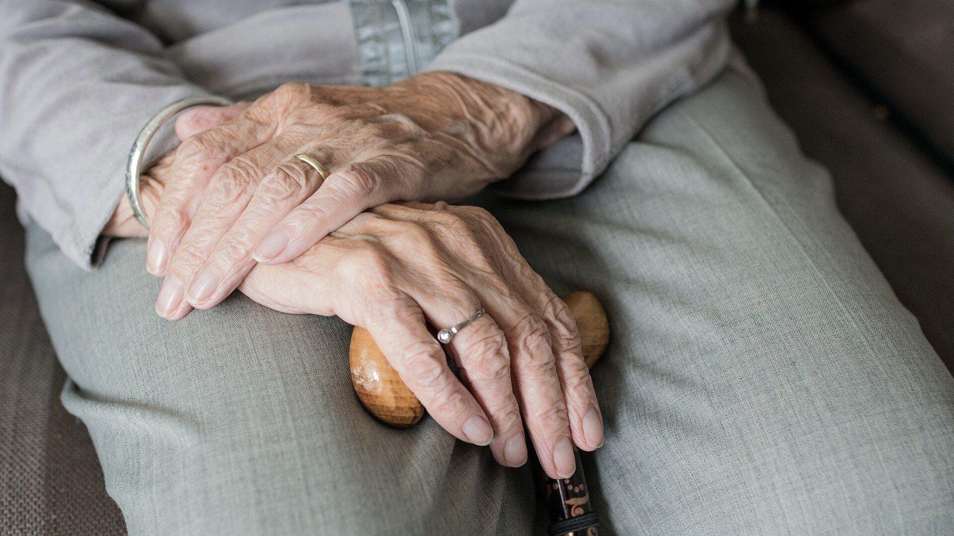 Abuela con bastón (Imagen referencial) - Sputnik Mundo, 1920, 07.06.2021