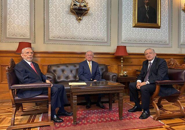 Nuevo titular de la secretaría de Comunicaciones y Transporte de México,  Jorge Arganis Díaz, su predecesor Javier Jiménez Espriú y el presidente de México, Andrés Manuel López Obrador