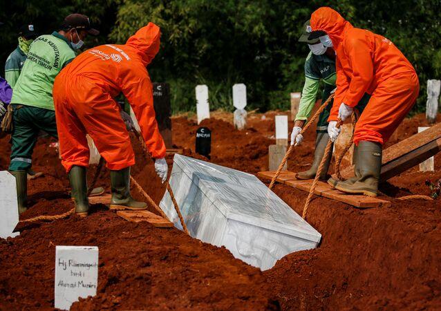 Entierro de víctima de COVID-19 en Jakarta, Indonesia