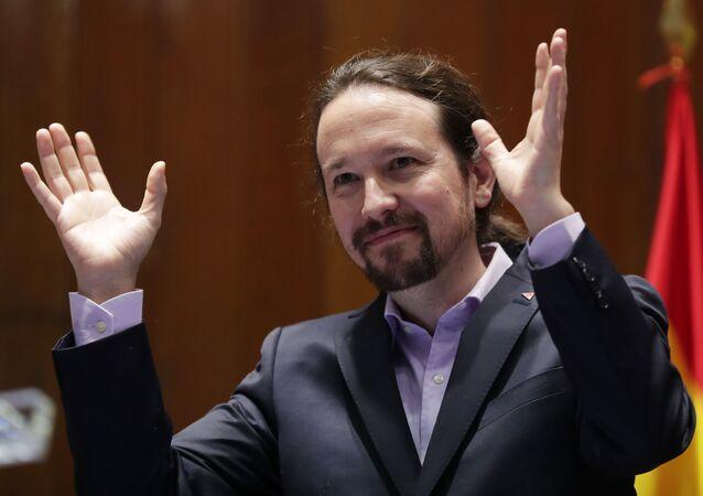 El líder de Podemos, Pablo Iglesias, hace un gesto después de recibir su maletín ministerial. Madrid, 13 de enero 2020