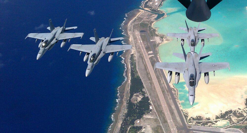 Cazas F/A-18C sobrevuelan la isla Wake