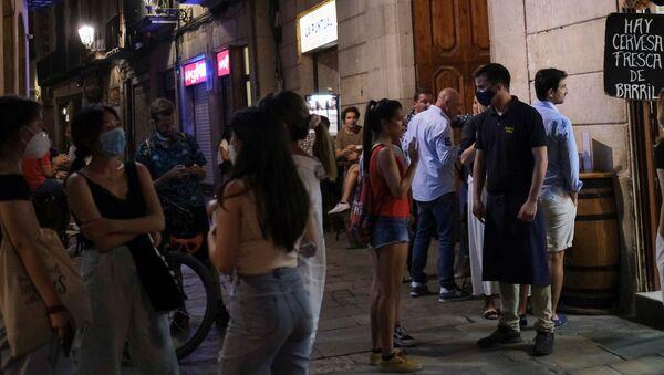 Gente en un bar en Barcelona - Sputnik Mundo