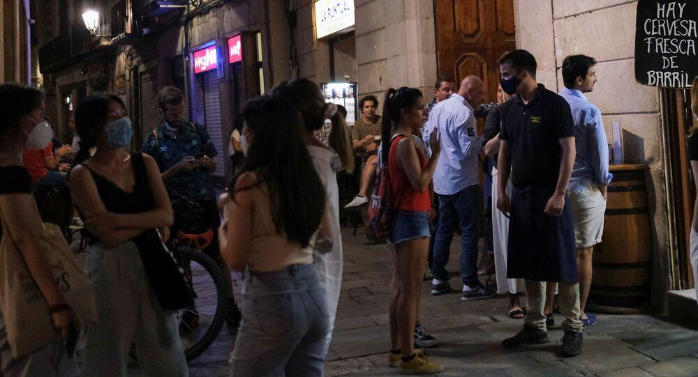 Gente en un bar en Barcelona