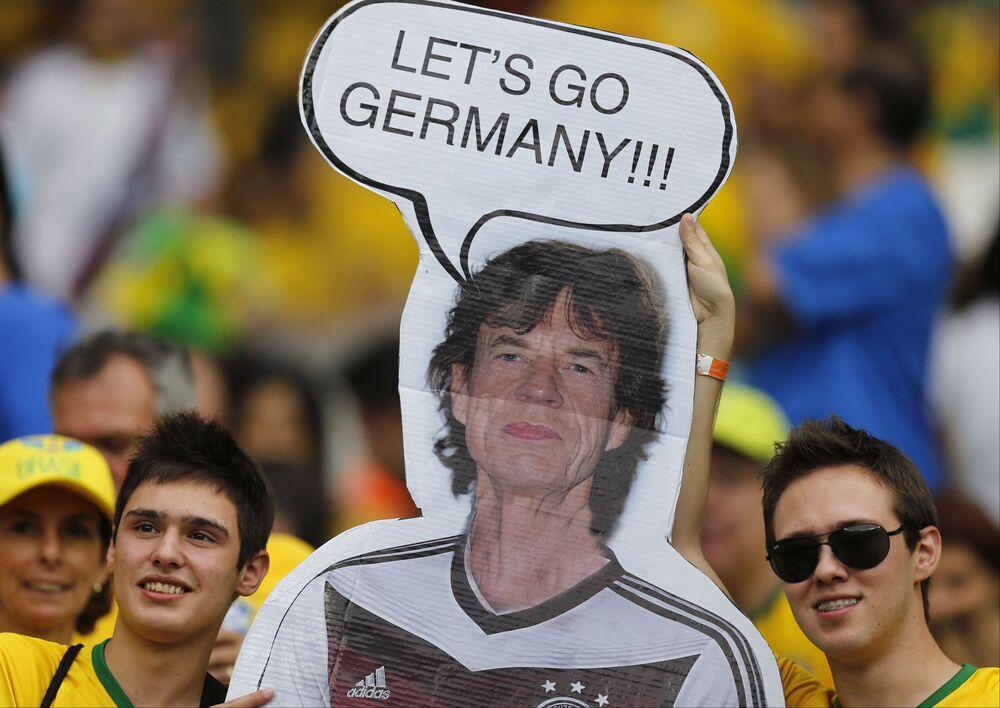 Hinchas de Brasil sostienen un cartel de Mick Jagger, con una camiseta de Alemania, antes de la semifinal de la Copa Mundial de fútbol entre Brasil y Alemania en el estadio Mineirao en Belo Horizonte, Brasil, el 8 de julio de 2014. Sin embargo, Jagger apoyaba a Brasil: Alemania ganó 7-1.