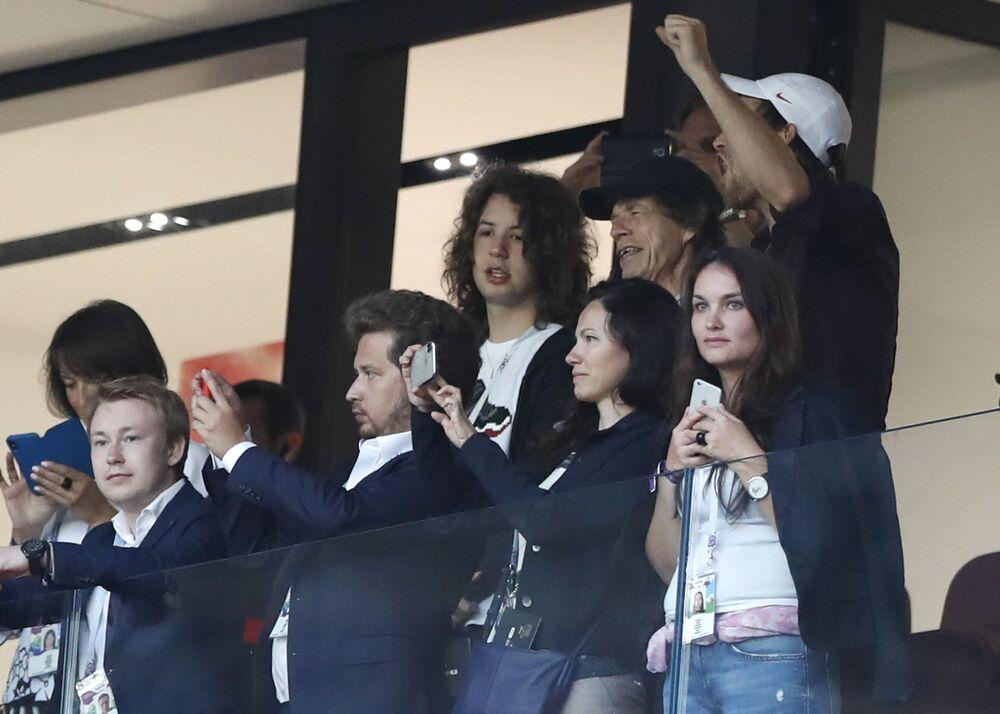 El cantante Mick Jagger, de los Rolling Stones, con gorra de béisbol negra, sonríe durante el partido de semifinales entre Croacia e Inglaterra en la Copa Mundial de fútbol 2018 en el Estadio Luzhniki de Moscú, Rusia, el 11 de julio de 2018. (Foto AP / Alastair Conceder)
