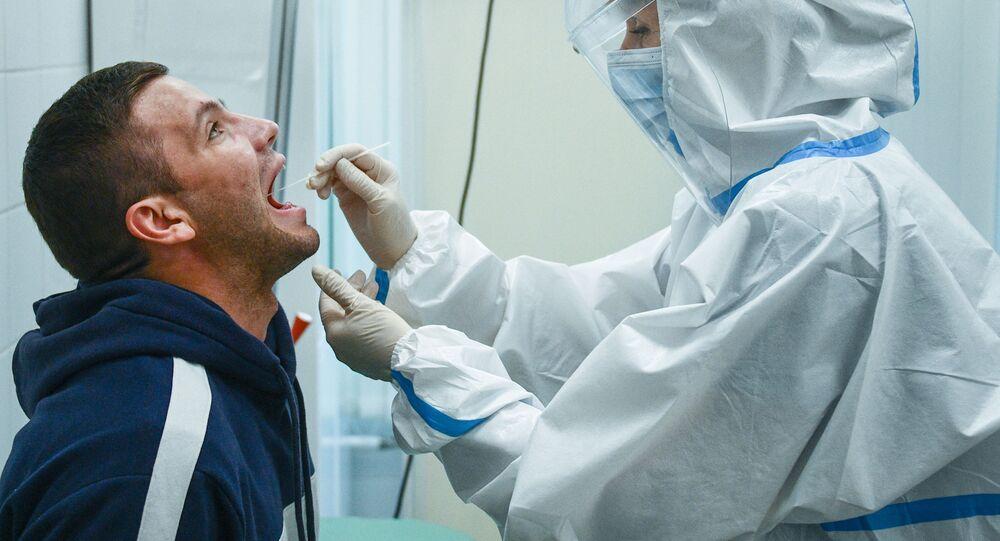 El personal médico recoge el material biológico para hacer una prueba de COVID-19