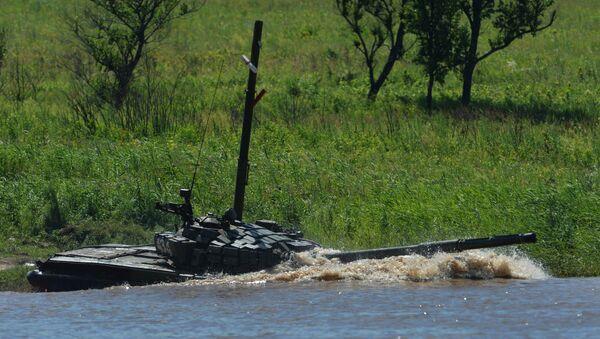 Tanque T-72 supera un obstáculo acuático (archivo) - Sputnik Mundo