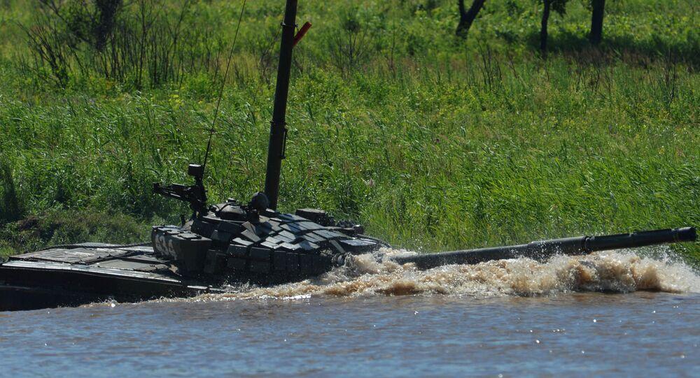 Tanque T-72 supera un obstáculo acuático (archivo)