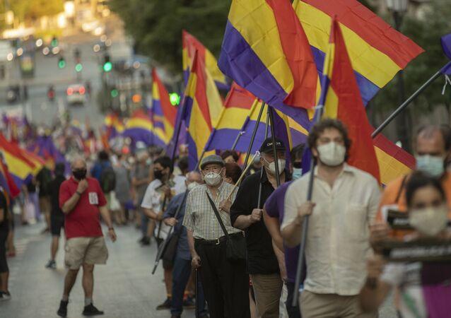 Manifestantes durante la protesta en contra de la monarquía en Madrid