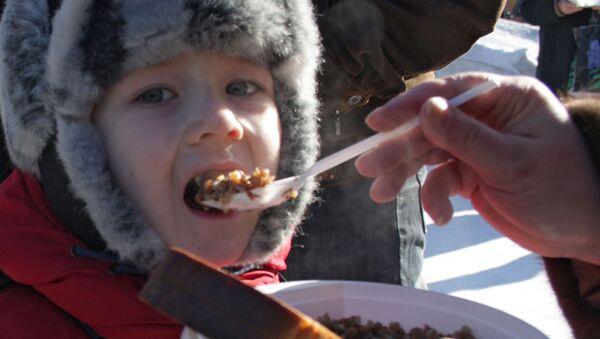 Un niño ruso come trigo sarraceno - Sputnik Mundo