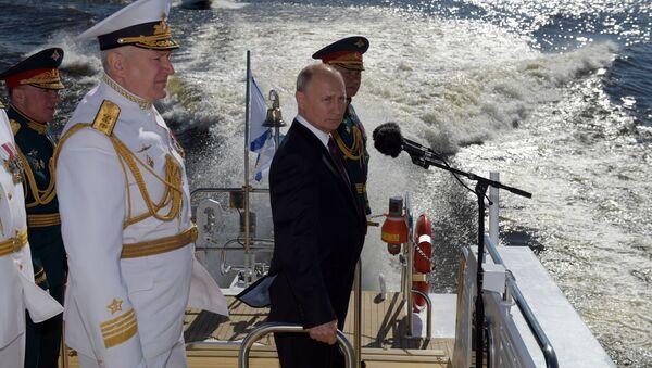 El presidente y comandante en jefe supremo de las Fuerzas Armadas de Rusia, Vladímir Putin, saluda a los participantes del desfile de la Armada rusa desde la ciudad de San Petersburgo - Sputnik Mundo