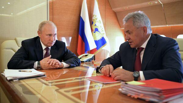 El presidente de Rusia, Vladímir Putin, se reune con el ministro de Defensa del país, Serguéi Shoigú - Sputnik Mundo