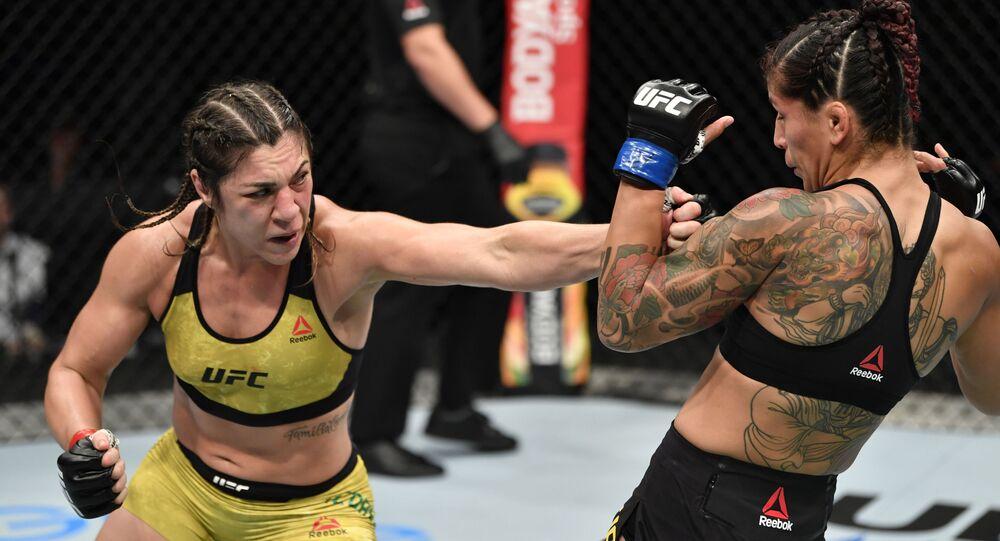 La luchadora brasileña Bethe Correia y su rival sueca Pannie Kianzad