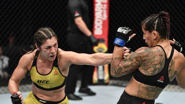 La luchadora brasileña Bethe Correia y su rival sueca Pannie Kianzad - Sputnik Mundo