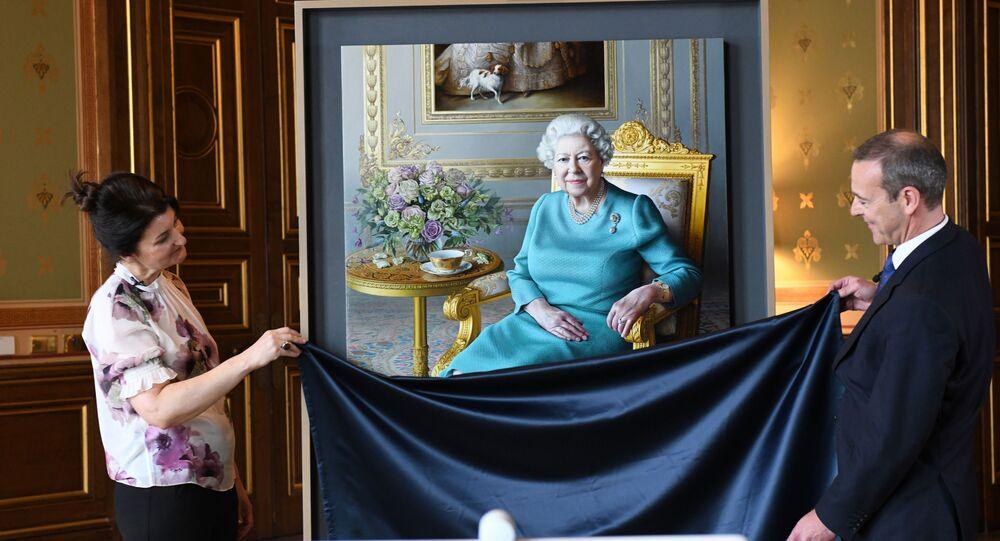 La artista Miriam Escofet y el subsecretario permanente de la Cancillería de Reino Unido, Simon McDonald, presentan el nuevo retrato de la reina Isabel II