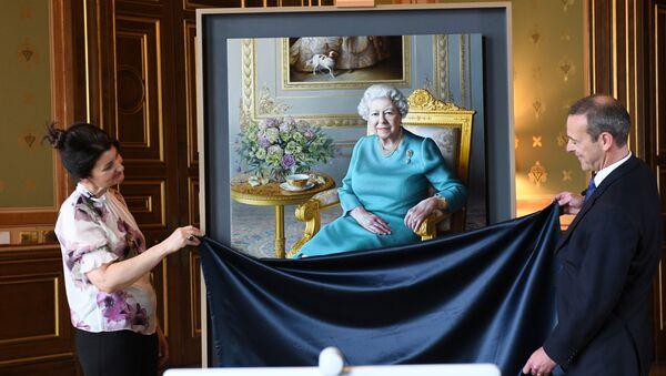La artista Miriam Escofet y el subsecretario permanente de la Cancillería de Reino Unido, Simon McDonald, presentan el nuevo retrato de la reina Isabel II - Sputnik Mundo