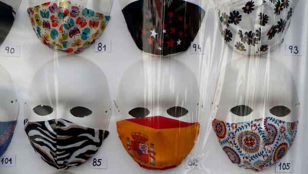 Mascarillas a la venta en una tienda en Madrid - Sputnik Mundo