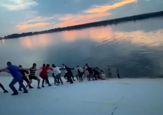Una cadena humana para rescatar a una mujer rusa que se ahogaba
