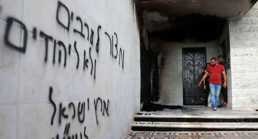 Grafitis en hebreo en una mezquita en la localidad de Al Bira en Jerusalén