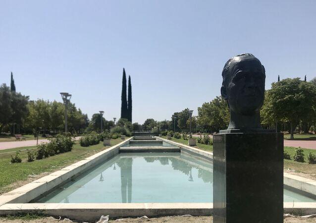 El busto de Juan Carlos I a la entrada del parque más importante de la localidad de Pinto
