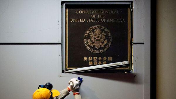 Un trabajador remueve la placa del Consulado estadounidense en la ciudad de Chengdu - Sputnik Mundo