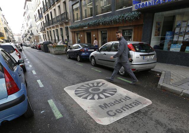 Un hombre mira la señal de Madrid Central pintada en la calle
