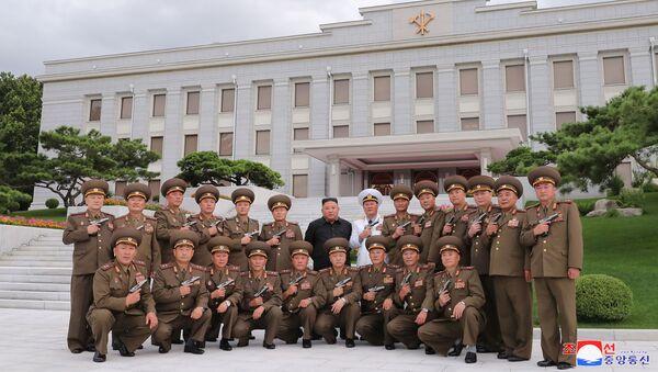 Kim Jong-un posa junto a varios militares de alto rango - Sputnik Mundo