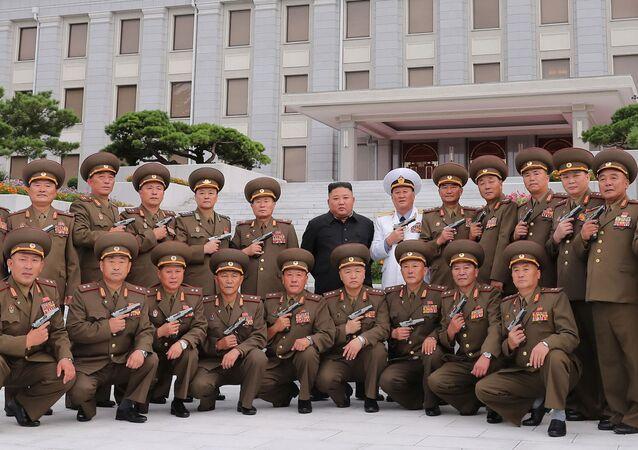 Kim Jong-un posa junto a varios militares de alto rango