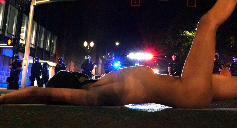 Una mujer se desnuda durante una protesta contra la desigualdad racial en Portland, Oregon, EEUU