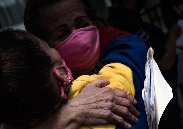 Dos reclusas del Instituto Nacional de Orientación Femenina celebrando su liberación