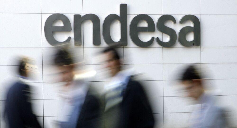 Personas caminan a la entrada de la compañía española Endesa