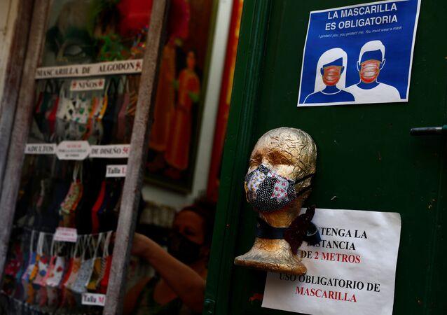 Mascarillas protectoras en una tienda de Madrid